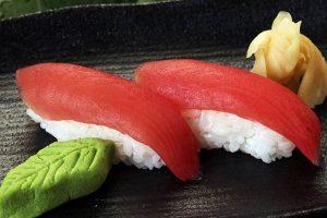 Sushi cá ngừ sống